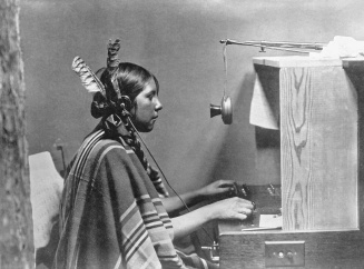 female-indian-telephone-switchboard-operator-helen-of-many-glacier-hotel-26-june-1925